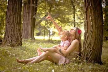 Sesja mamy z dzieckiem. Matka i córka na łonie natury. Fotografia dziecięca Kraków Mistrzejowice, Nowa Huta