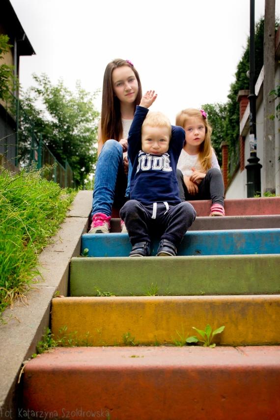 Rodzeństwo na kolorowych schodach w Krakowie. Sesja dziecięca. Fotografia rodzinna