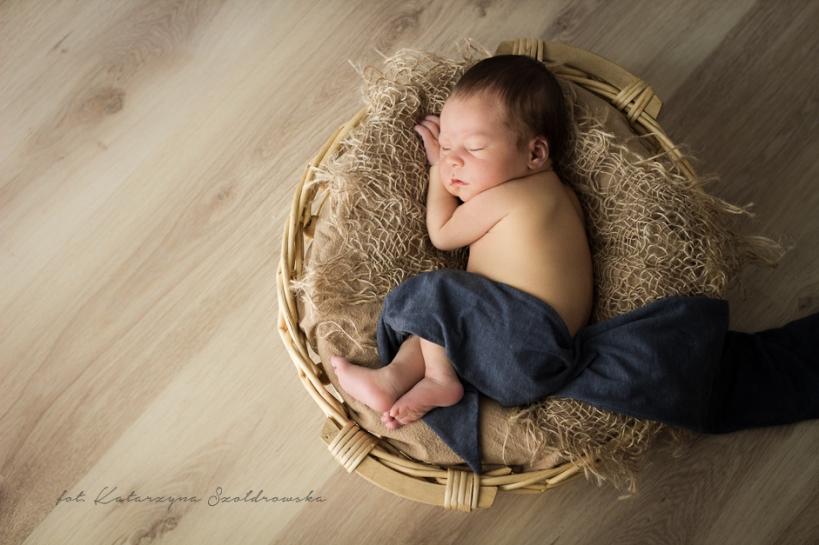 Fotografia noworodkowa chłopca w naturalnych barwach.Zdjęcie wykonał fotograf noworodkowy w Krakowie.Newborn photographer Cracow