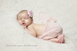 Zdjęcie noworodka dziewczynki. Stylizowana sesja noworodkowa na osiedlu Złotego Wieku w Krakowie, Mistrzejowce, Prądnik CZerwony.Newborn photography Cracow