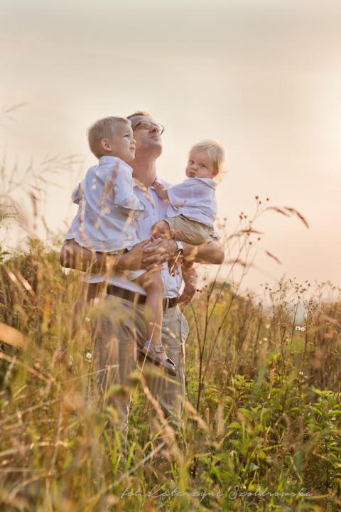 Fotografia rodzinna. Ojciec z dziećmi w polu traw w Krakowie