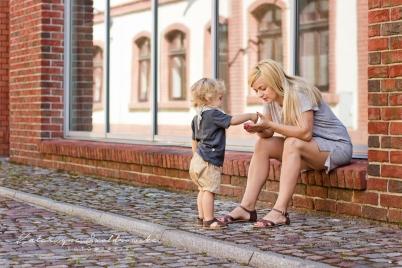Miejska sesja plenerowa mamy z dzieckiem w Krakowie na Kazimierzu