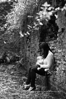 Projekt The Milky Way. Sesja mamy karmiącej. Mama z dzieckiem przy piersi pozuje do fotografii rodzinnej w Krakowie.Breatfeeding Cracow