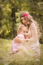 Karmienie piersią w plenerze. Sesja zdjęciowa mamy karmiacej z dzieckiem przy piersi w Krakowie Nowa Huta Mistrzejowice.Breastfeeding photography Cracow