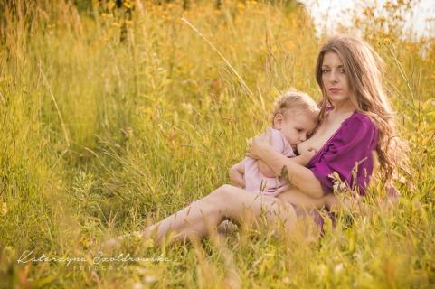 Sesja mamy karmiacej piersią dziecko w plenerze w Krakowie, Nowa Huta Mistrzejowice., Czyżyny.Breastfeeding mother photo Cracow