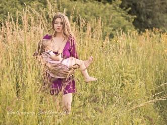 Mama z dziekiem na łące.Karmienie piersia w plenerze,sesja plenerowa mam karmiących Kraków, Kraina mlekiem i milościa.Breastfeeding mother photo Cracow