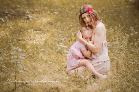 mama karmiaca dziecko w plenerze podczas sesji zdjeciowej w Krakowie Nowa Huta prądnik mistrzejowice.Breastfeeding photo Cracow