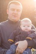 Sesja taty z dzieckiem w krakowie. Profesjonalna sesja plenerowa wykonana przez fotografa dziecięcego.