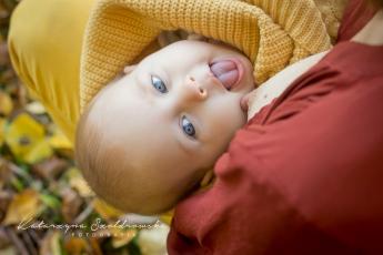 Fotografia niemowlęca. Mama z dzieckiem sesja plenerowa w Krakowie