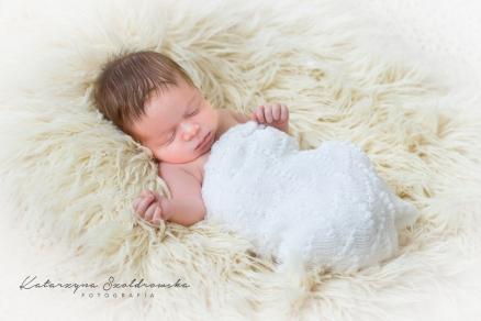 Zdjecia noworodka chłopca wykonane na sesji noworodkowej w Krakowie przez fotografa dziecięcego