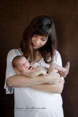 sesja noworodkowa mama z dzieckiem synkiem krakow